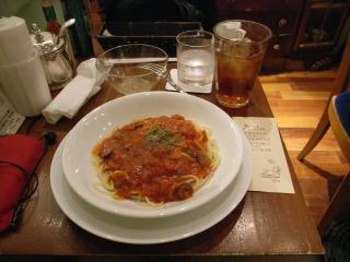 2009/05/10 新宿西口「カフェ アマティ」オリーブとケッパートマトのパスタとアイスティー