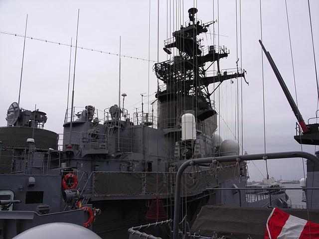 2009/08/02 DDH-142ひえい 中央構造物をDD-105いなづま艦上より望む。
