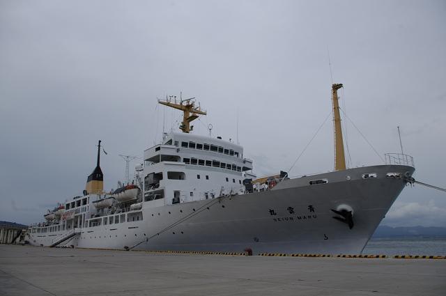 2010/10/09 万代埠頭にて航海訓練所「青雲丸」を船首から見る。
