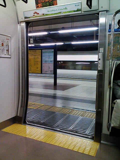 080219 JR北千住駅構内にて。特急列車通過待ち。